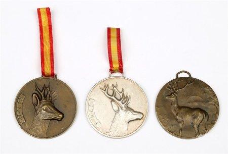 Lote formado por 3 medallas con puntuación en concursos de caza mayor.