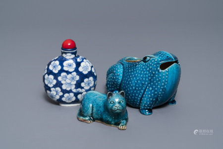 A Chinese turquoise glazed model of a toad, a cat and a blue and white snuff bottle, Kangxi and 19th C.
