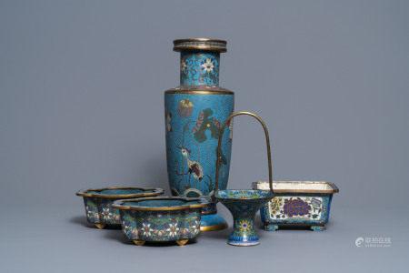 A Chinese cloisonné rouleau vase and four jardinières, 19/20th C.