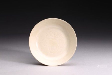 A SMALL DING-TYPE WHITE GLAZED DISH