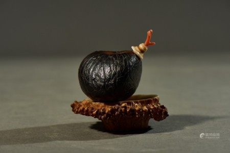 A NATURALISTIC PUTI SEED CARVED SNUFF BOTTLE