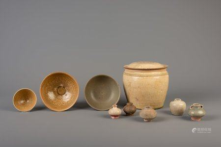 Eight Vietnamese monochrome glazed vases and bowls and a covered jar, 14th/17th C.