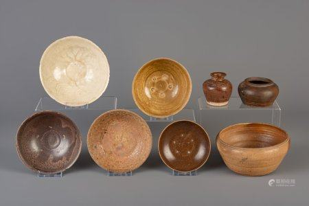 Seven Vietnamese glazed bowls and a vase, one of which with underglaze design, Thanh Hoa, 9th/10th C.