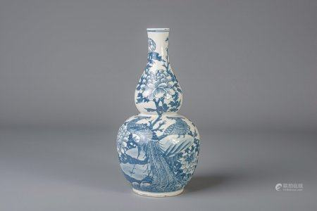 A Chinese blue and white double gourd vase decorated with phoenixes, 19th C.