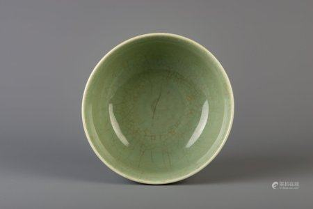 A Chinese crackle glazed celadon bowl, 19th/20th C.