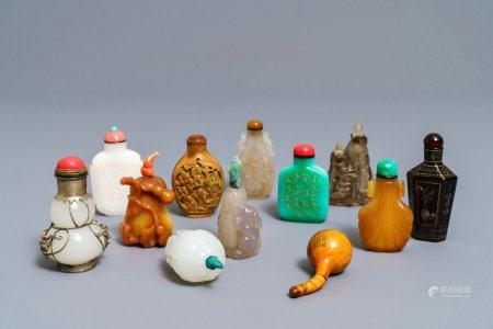 Twelve Chinese jade, agate and lacquer snuff bottles, 19th/20th C.