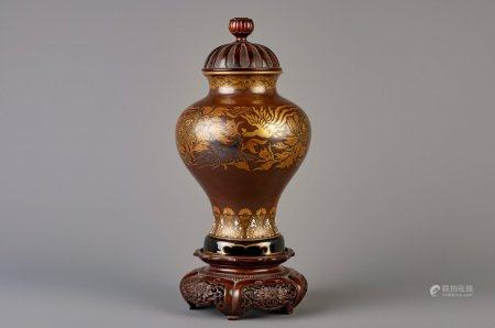 An imitation bronze porcelain vase with a wood cover and base, Japan, Meiji, 19th/20th C.