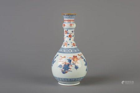 A Chinese Imari style bottle vase with floral design, Kangxi