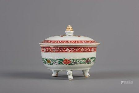 A Chinese famille verte tripod round box and cover, Kangxi