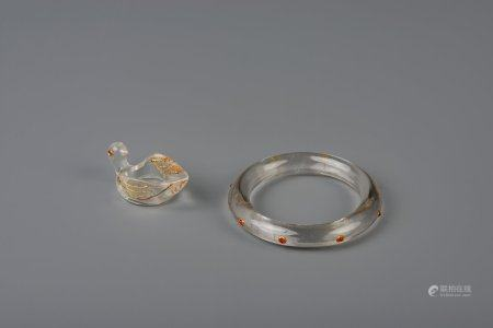 A Chinese or Indian Mughal gem set rock crystal brace and an archer's ring, 18/19th C.