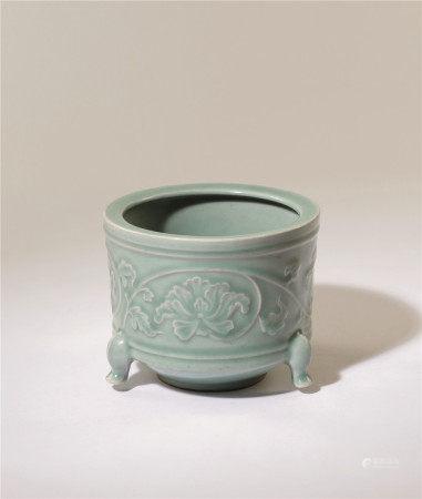 明 龙泉青瓷浮雕牡丹三足炉