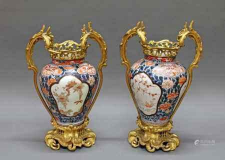 Paar Vasen, Japan, 18. Jh., Imari, floral bemalt, mit späterer europäischer Bronzemontierung,