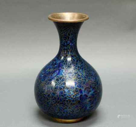 Vase, China, 20. Jh., Cloisonné, blauer Floraldekor, Flaschenform, 31 cm hoch- - -25.00 % buyer's