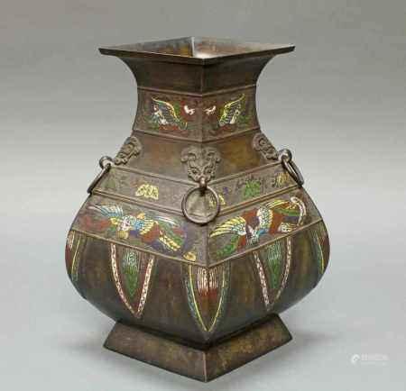 Vierkantvase, Japan, 19. Jh., Bronze, Hu-Form, partiell mit farbigem Cloisonné, dekoriert mit Phönix