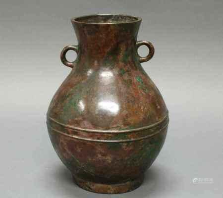 Vase, im Stil der Han-Zeit, 17. Jh., Bronze, Birnform, auf der Schulter zwei Ösen als Handhaben,