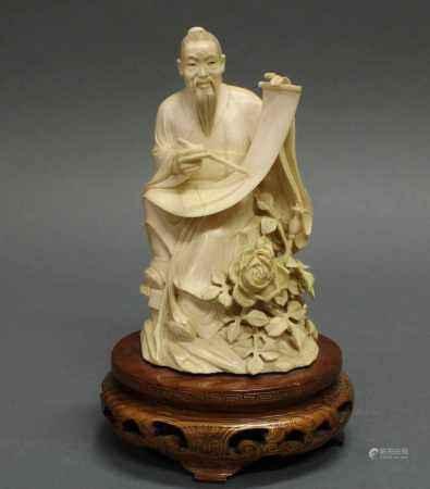 """Figur, """"Gelehrter beim Bemalen einer Querrolle"""", China, Quing, Anfang 20. Jh., Elfenbein,"""