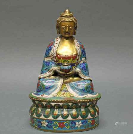 Buddha, China, spätes 19./20. Jh., Cloisonné, im Meditationssitz, auf doppeltem Lotossockel, in