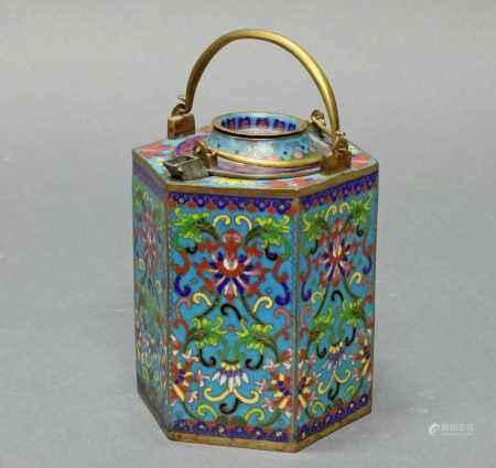 Teekanne, China, um 1900, Cloisonné, hexagonale Wandung mit Einsatz, bewegliche Bügelhenkel,