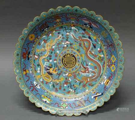 Platte, China, spätes 19. Jh., Cloisonné, zentrales Shou-Medaillon, zwei Drachen zwischen Swastika