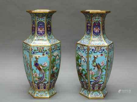 Paar Vasen, China, um 1900, Cloisonné, hexagonale Form, dekoriert mit Phönix auf Felsen und