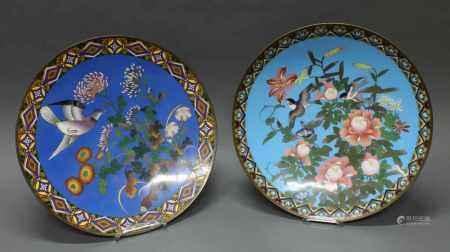 2 Platten, Japan, um 1880, Cloisonné, 1x fliegender Vogel und Chrysanthemen auf blauem Grund, 1x