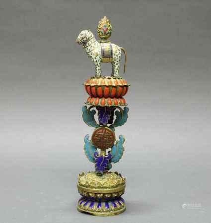Altarstück, Tibet, 20. Jh., Champlevé, das Juwelenpferd (baoma), eines der sieben Schätze des
