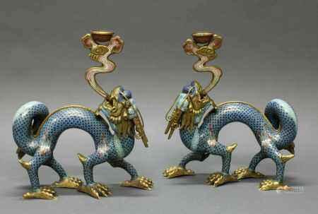 "Paar Kerzenhalter, ""Drachen"", China, um 1900, Cloisonné und Champlevé, Drachenform mit"