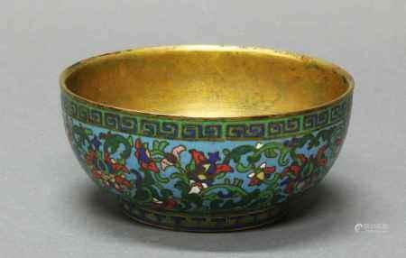 Schale, China, 19. Jh., Cloisonné, stilisierte Lotosblüten und grüne Ranken auf blauem Grund,
