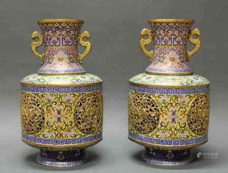 Paar Vasen, China, um 1900, Cloisonné, doppelwandig, auf niedrigem Fuß, trommelförmiger Korpus, vier