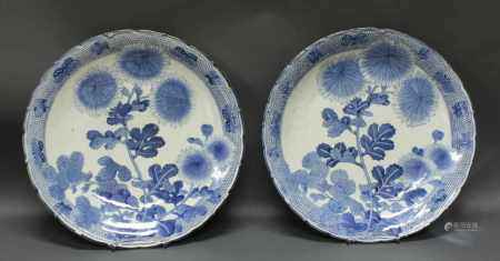 Paar Platten, Japan, Meiji, um 1900, Porzellan, Blaudekor mit großen Chrysanthemenstauden, am