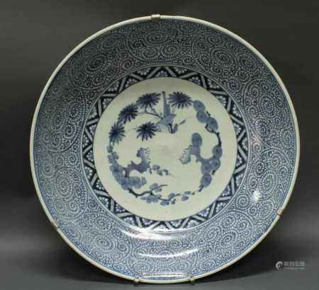 Platte, Japan, 1. Hälfte 19. Jh., Porzellan, Arita, flachgewölbte Wandung, in Unterglasurblau im