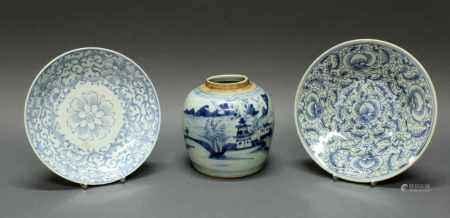 2 Teller, 1 Ingwertopf, China, 19. Jh., Porzellan, Blaudekore, Blütenornamente bzw.