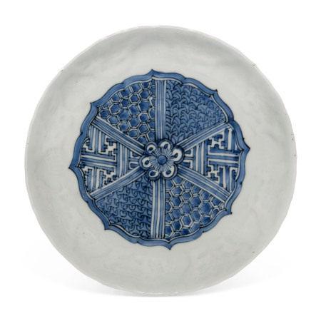 MING DYNASTY, 16TH -17TH CENTURY 明 十六/十七世纪 青花模印花卉纹盘