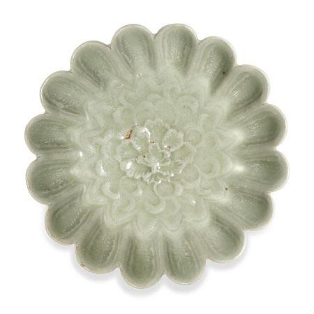 SONG DYNASTY (960-1279) 宋 龙泉青釉菊瓣纹碗