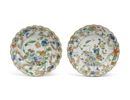 KANGXI PERIOD (1662-1722) 清康熙 五彩园景图菊瓣形盘一对