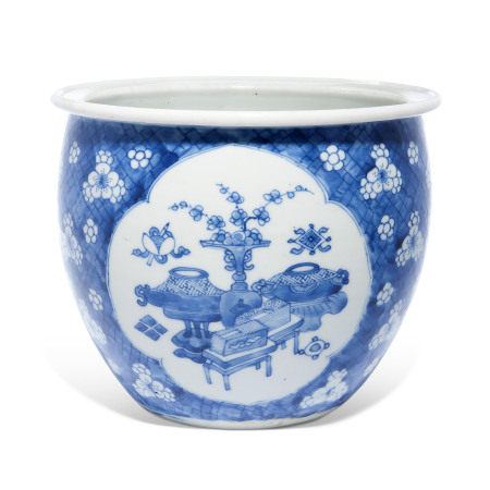 KANGXI PERIOD (1662-1722) 清康熙 青花開光博古紋花盆