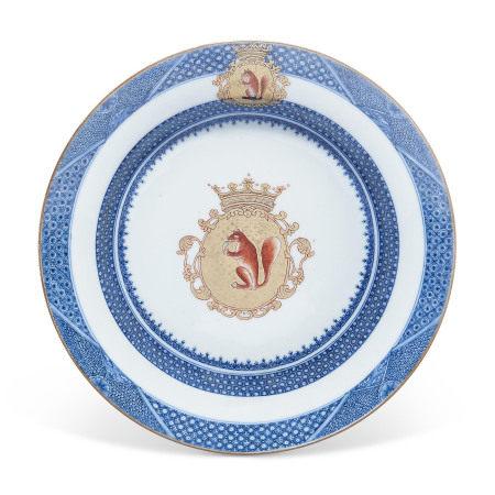 YONGZHENG-EARLY QIANLONG, CIRCA 1735-1740 清雍正/乾隆早期约1735年至1740年 青花矾红彩描金荷兰徽章纹盘