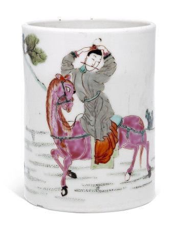YONGZHENG PERIOD (1723-1735) 清雍正 粉彩人物图笔筒