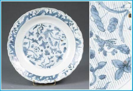 PLAT FESTONNEE EN PORCELAINE BLEU BLANC Chine, Dynastie Ming
