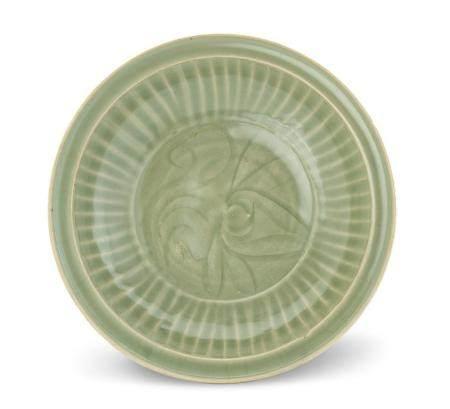 A LARGE 'LONGQUAN' CELADON DISH YUAN/MING DYNASTY 35.5 cm di