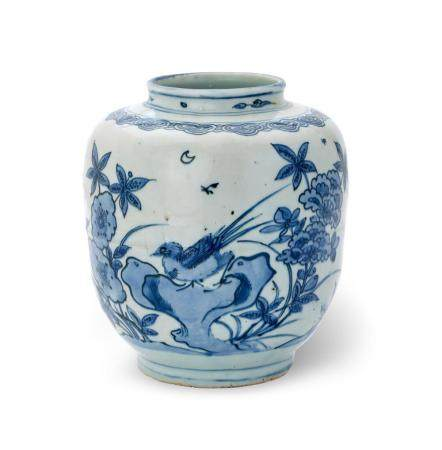 A BLUE AND WHITE JAR LATE MING DYNASTY, WANLI PERIOD 18.5 cm