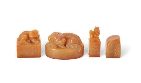 A GROUP OF FOUR SOAPSTONE SEALS, 19TH/20TH CENTURY (4) 6 cm,