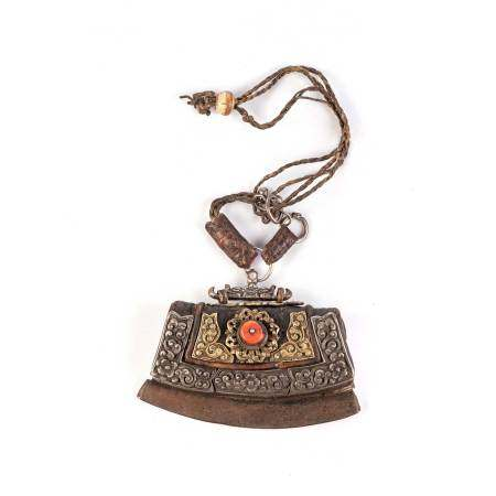 A TIBETAN TINDER POUCH, CHUKMUK, 19TH CENTURY NOT SUITABLE FOR EXPORTThe shaped leather pouch fitted