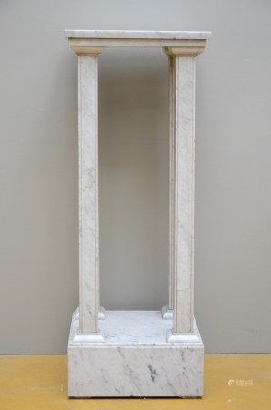 A stand in white marble (37x41x108cm)