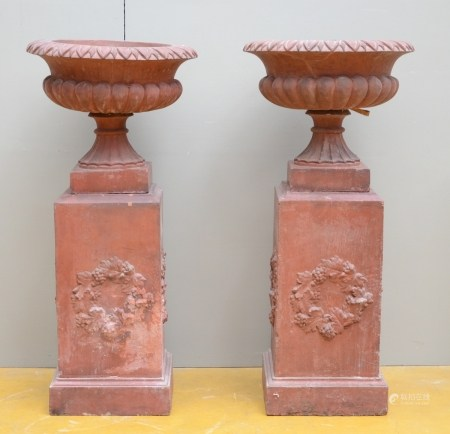 A pair of terra cotta garden vases, 19th century (*) (50x112cm)