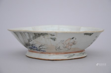 Lobed bowl in Chinese porcelain 'fishermen', Republic period (21x27x8cm)