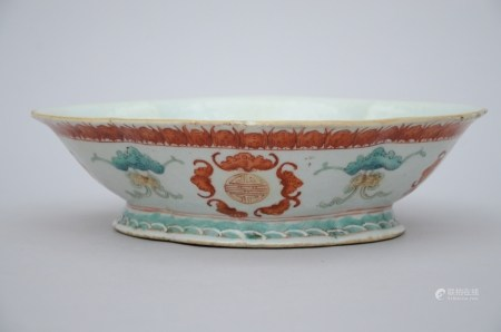 A bowl in Chinese porcelain 'bats' (21x26x7cm)