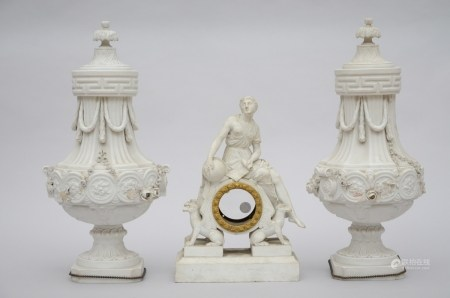 Lot: Empire clock in biscuit (mechanism is missing) + a pair of biscuit vases (*) (13x26x40cm)