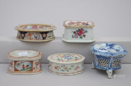 Lot: four salt cellars in Chinese porcelain + salt cellar in Samson porcelain (*)