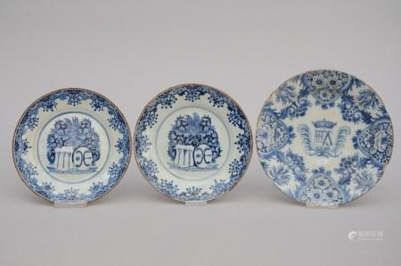 Three plates in Delft 'coat of arms', 18th century (*) (26cm)